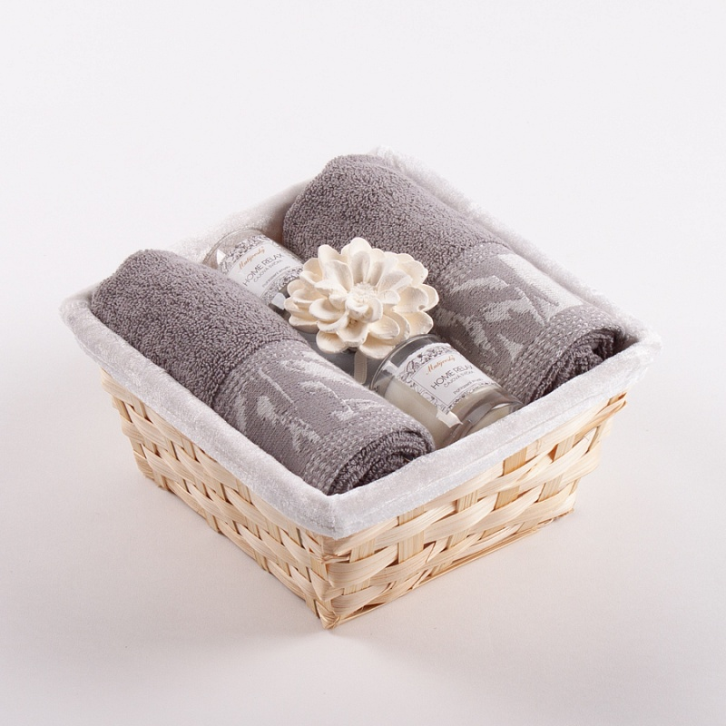 This gift basket of towels and candles with a diffuser will delight every fan of practical and very elegant gifts.